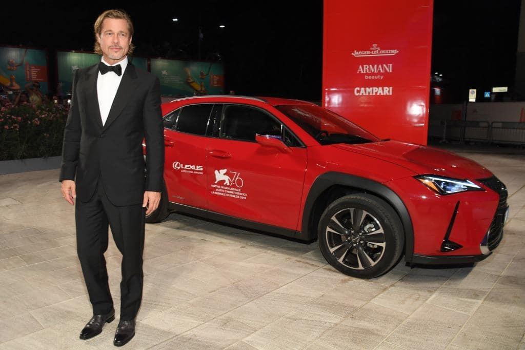 Огненно-красный Lexus UX Бреда Питта на Венецианском кинофестивале